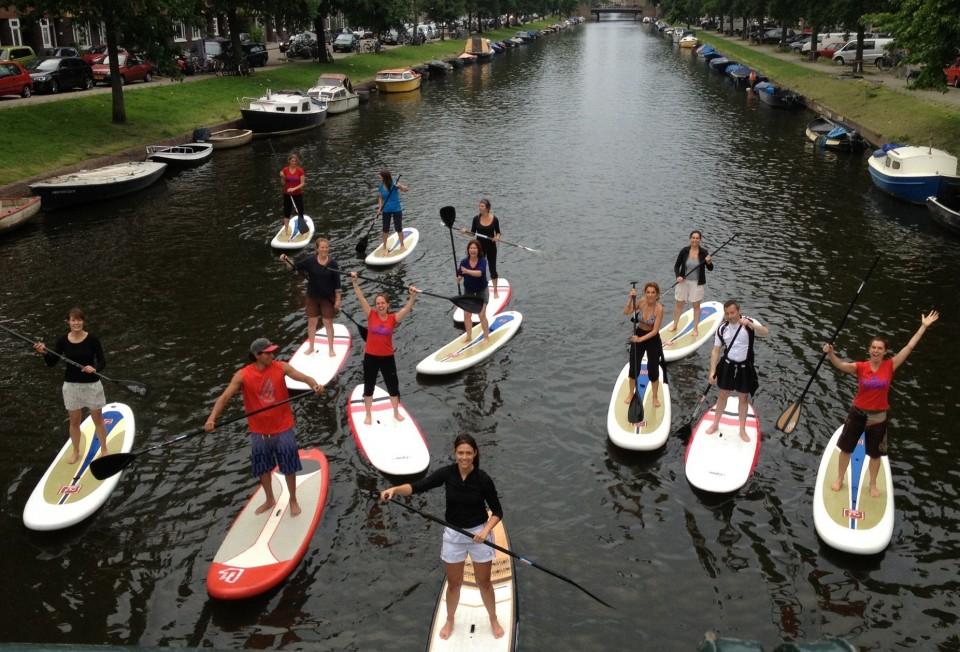 Groep suppers op de Admiralengracht bij Sup Center Amsterdam