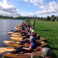 Scholieren in kano's in de polder